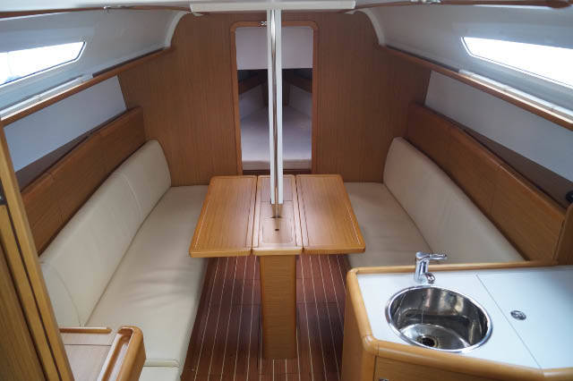 Sun Odyssey 331 saloon table up