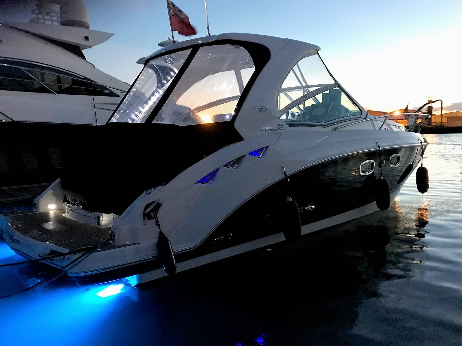 2015 Chaparral 310 Signature Cruiser Starboard Side Lights On
