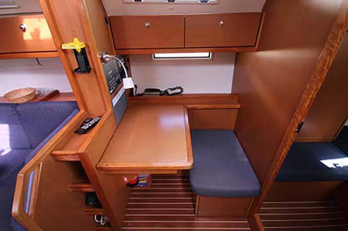 Bavaria 40 Voyager chart table