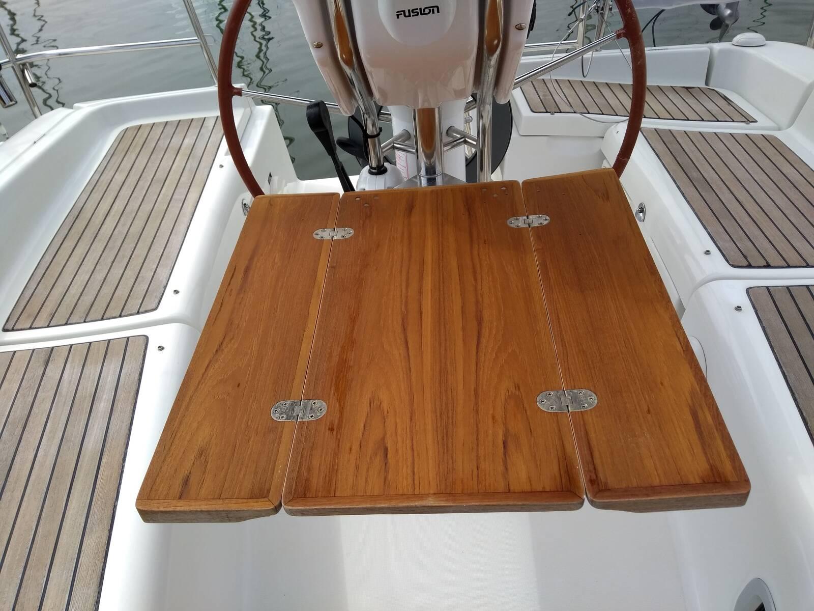 Beneteau Oceanis 343 cockpit table