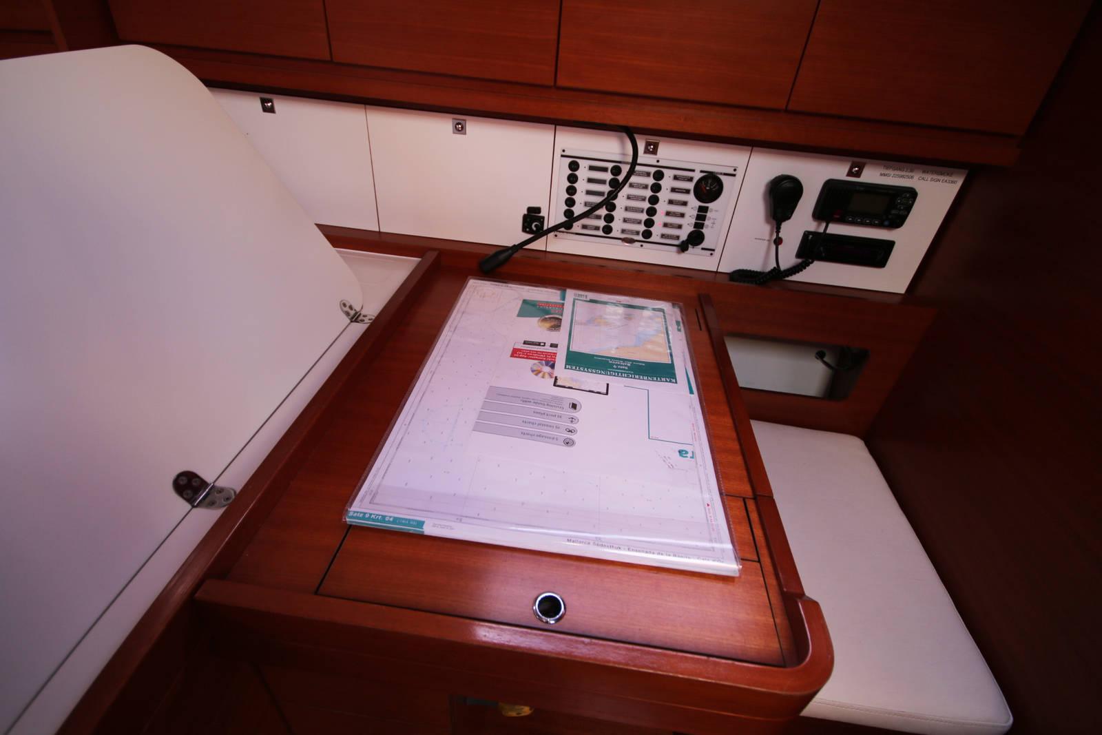 Dufour 450 Grand Large Navigation table
