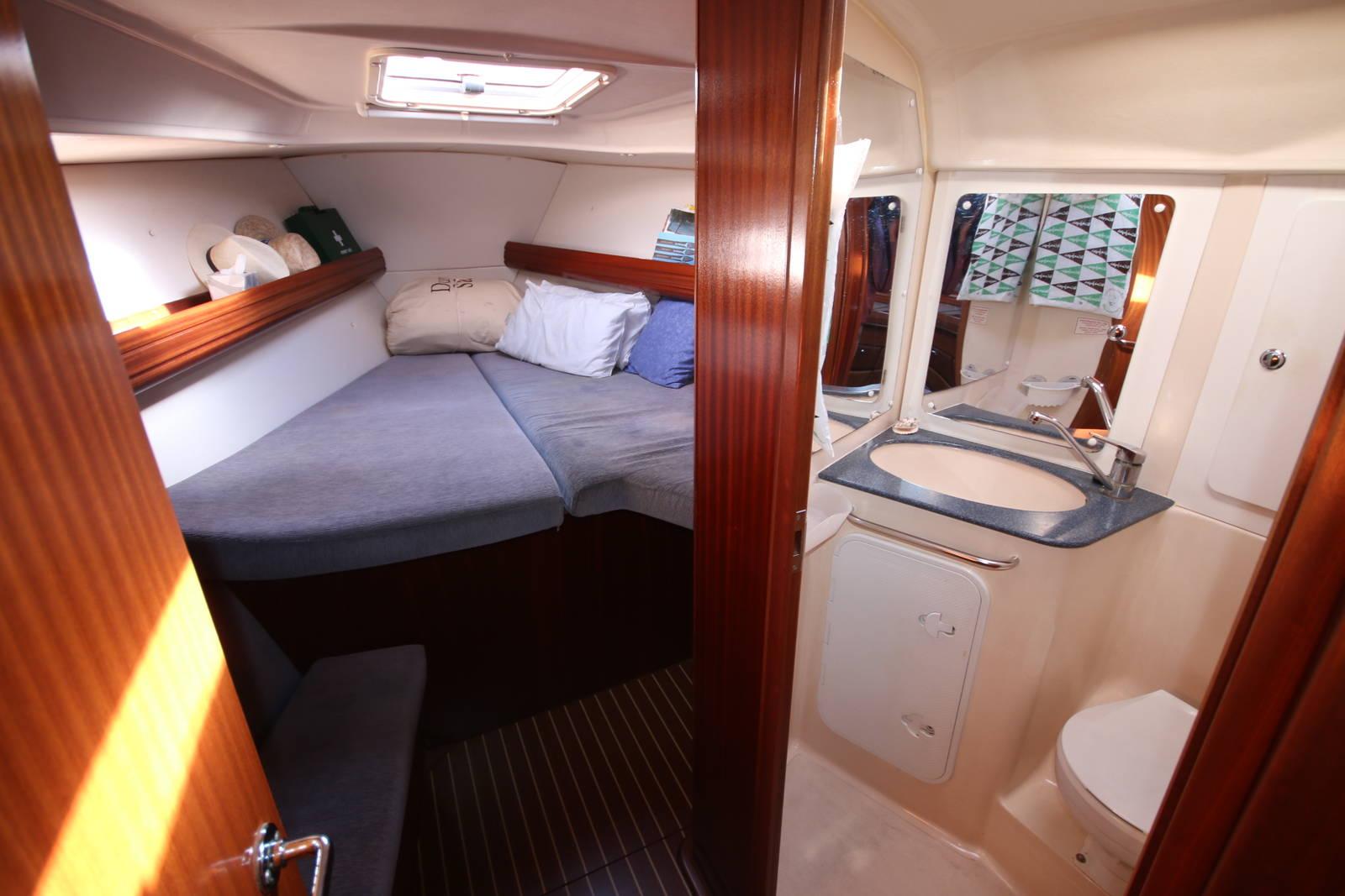 Bavaria Cruiser 40 forward cabin