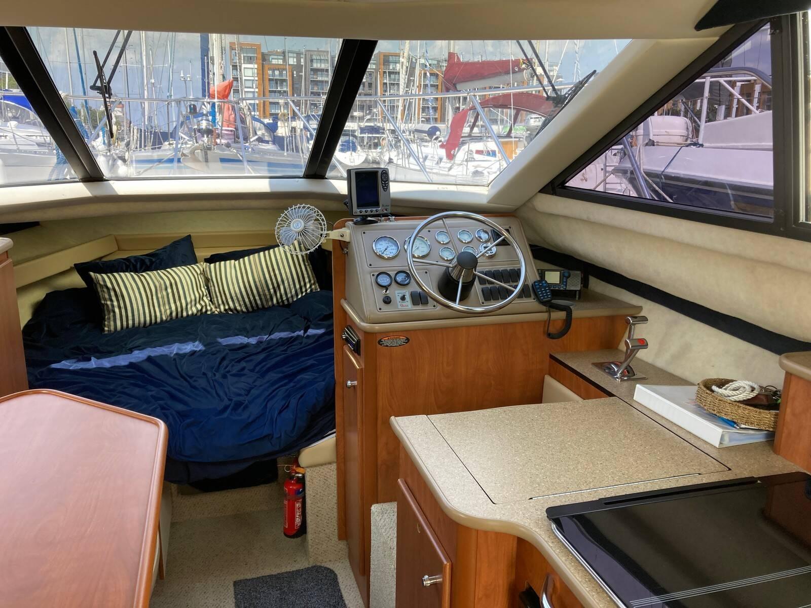 Bayliner 288 interior helm